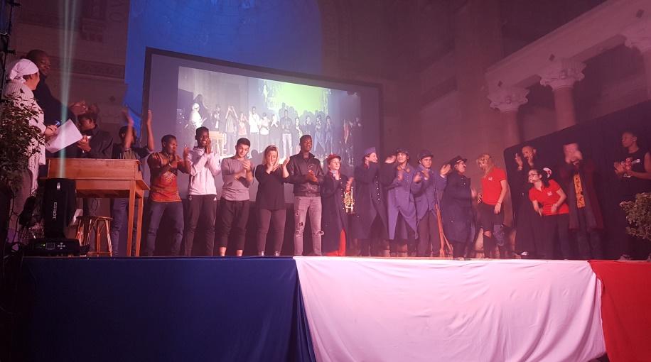 La troupe d'acteurs et de danseurs