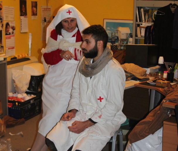 Infirmière et docteur se préparant au pire