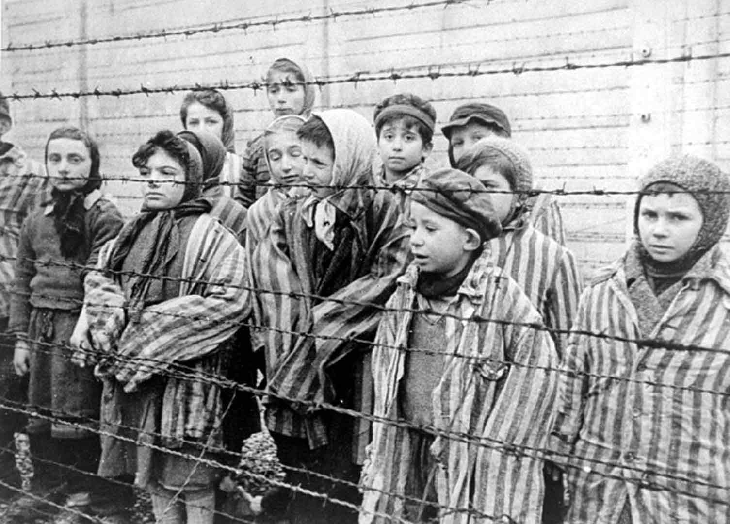 Auschwitz_photogramme_enfants-survivants2